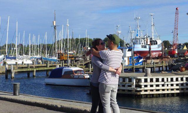 1 Liebespaar umarmt sich am Hafen Gillelejes