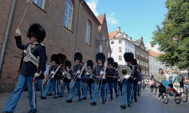 Musikkapelle marschiert durch Kopenhagen