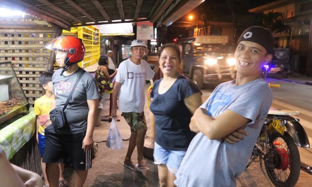 Gutgelaute Philippinos nachts in Cardona