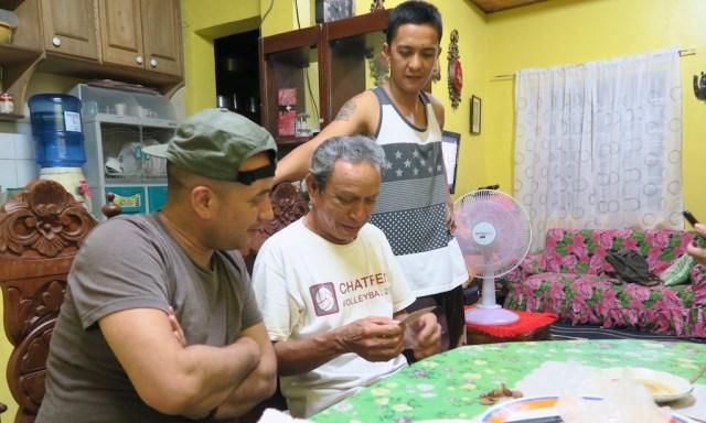 Philippinische Familie zu Hause