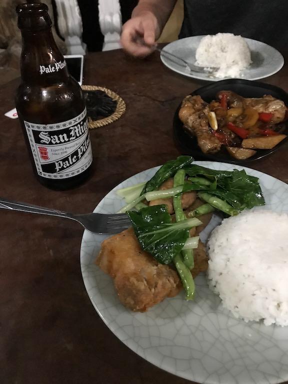 Chicken, Reis und San Miguel - philippinsiches Abendessen im Banaue Homestay