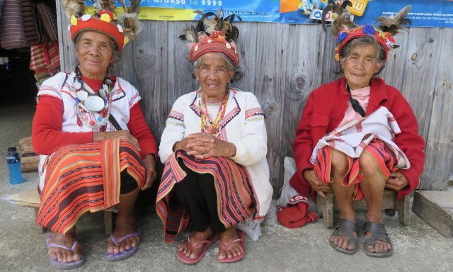 3 ältere Damen in traditioneller Ifugao-Kleidung