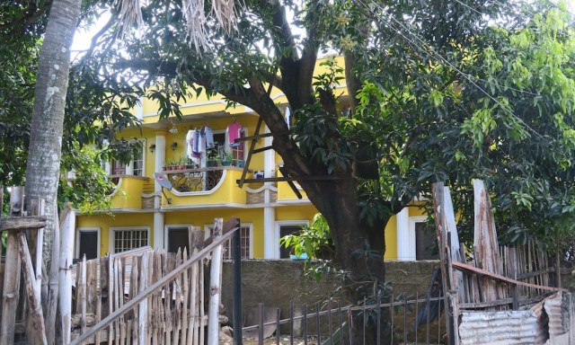 Gelbes Apartmenthäuser in MInglanilla auf Cebu