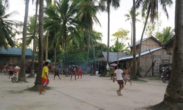 Pinoys spielen Ball in Ronda