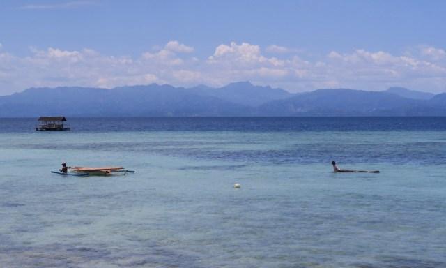 Blick von Cebu nach Negros, 2 Einheimische mit ihren Booten