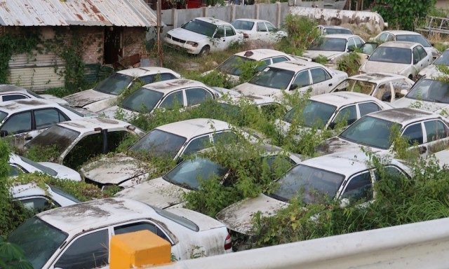 Autofriedhof für weisse Autos auf Cebu