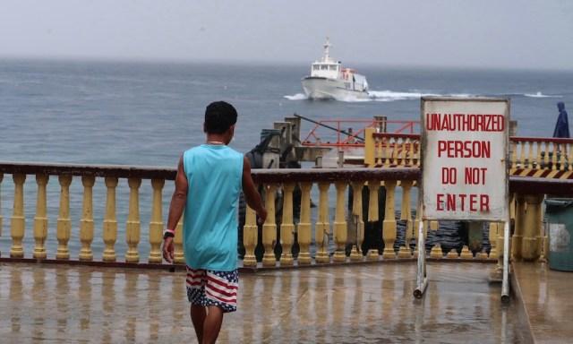 En Mann am Lilion Port am gehen und der einfahrende Santander Express fährt ein
