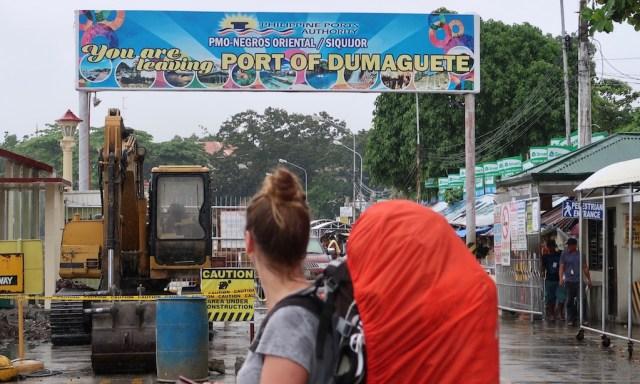 Die Maus mit roten Trekkingrucksack am Port von Dumaguette