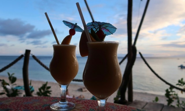 Begrüßungscocktails des Coco Grove Beach Resorts in Siquijor