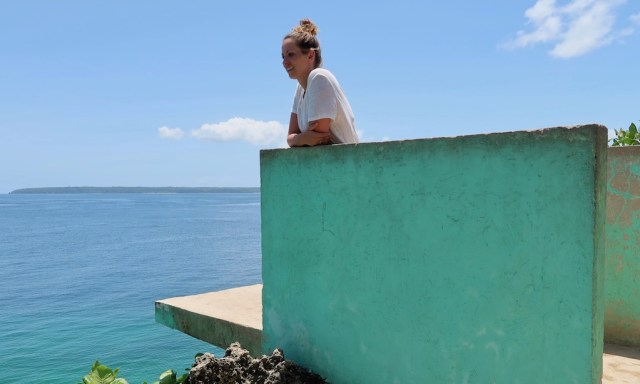 Eine deutsche Touristin steht staunend auf der Sprungplattform des Salagdoong Beaches
