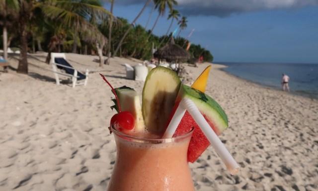 Fruchtcocktail wird am Tubod Beach vor die Kamera gehalten