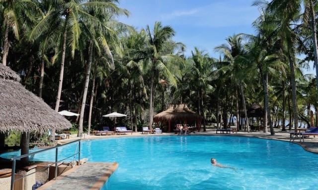 Der Olympic Size Pool vom Coco Grove Beach Resort