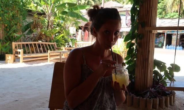 Maus trinkt freshen Juice aus Glas im Monkey Business Siquijor
