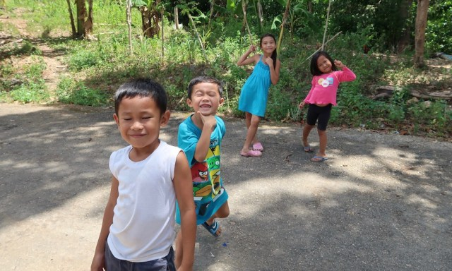2 kleine philippinische Jungs und zwei kleine Mädchen posieren für ein Foto
