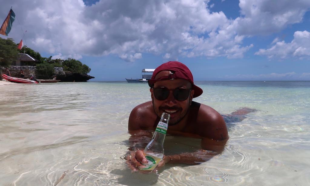 Bendja mit San Miguel Lemon Flavour im klaren Wasser des Paliton Beaches