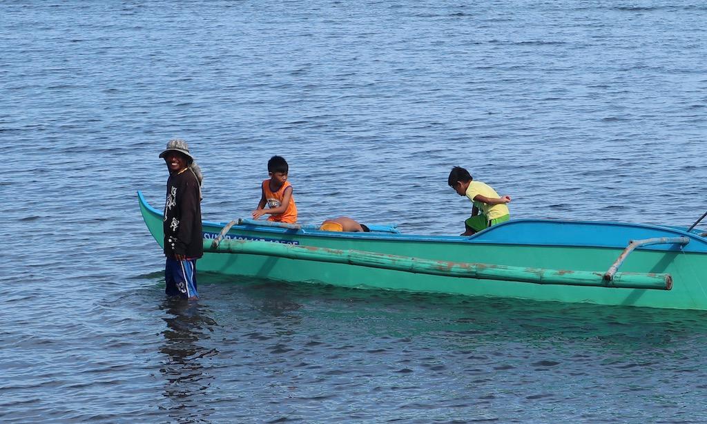 Ein Pinoy und drei Kids mit Bangka