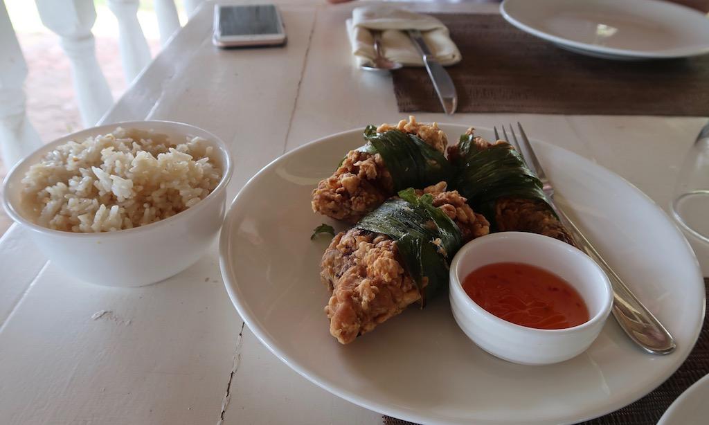 Frittierte Chicken im Bananenblatt und Reis im Sta. Monica Beach Club Dumaguette