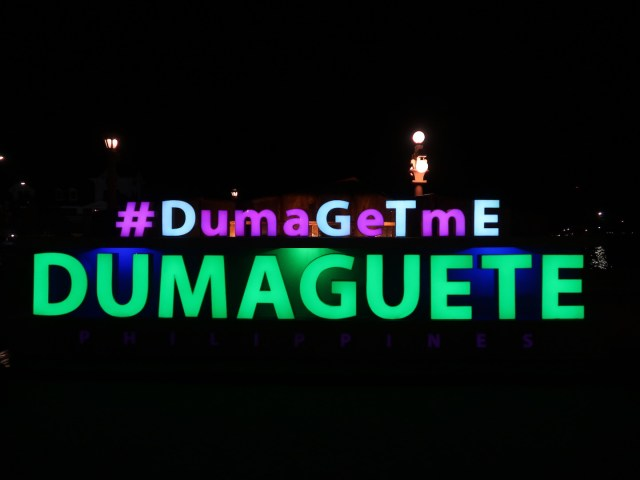 Das Dumaguete Sign am Rizal Baywalk in Dumageute am leuchten