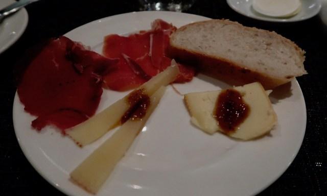 Käse und Schinken beim Dinner Buffet im Spiral Restaurant im Sofitel Manila