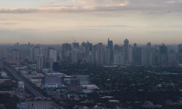 Blick auf die Wolkenkratzer von Manila aus dem Flugzeug