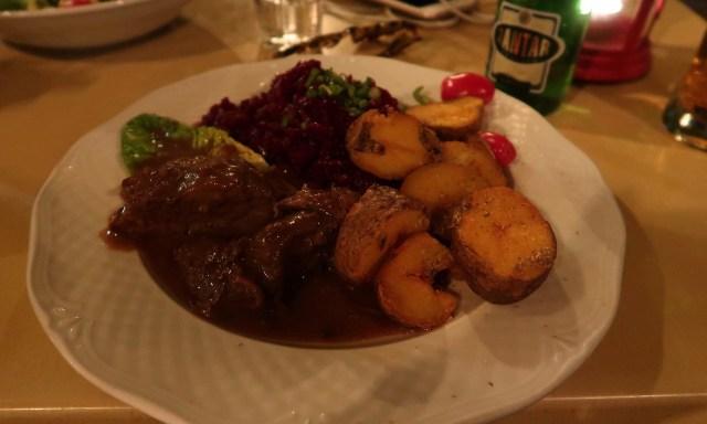 Wildschweinkeule, mit frittierten Potatoes und Rotkohl