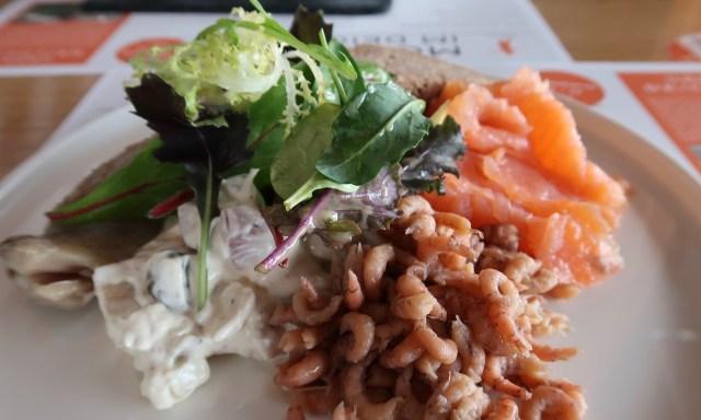 Fischteiler vom feinsten im Deichkind: Räucherlachs, Krabben, Matjes und ne geile Sauce