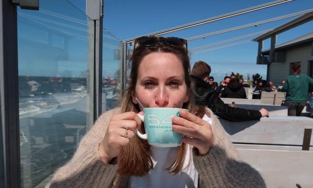 Die Maus trink Capuccino aus einer Strandbar 54° Tasse auf der Terrasse der Strandbar 54° in Sankt Peter-Ording