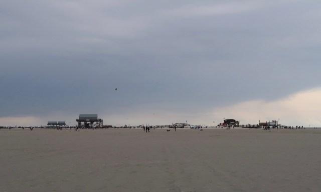 SPO Strand. Die Pfahlbauten in weiter Ferne.