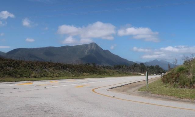 Road in der Nähe des Tsitsikamma Nationalparks. Im Hintergrund Berge