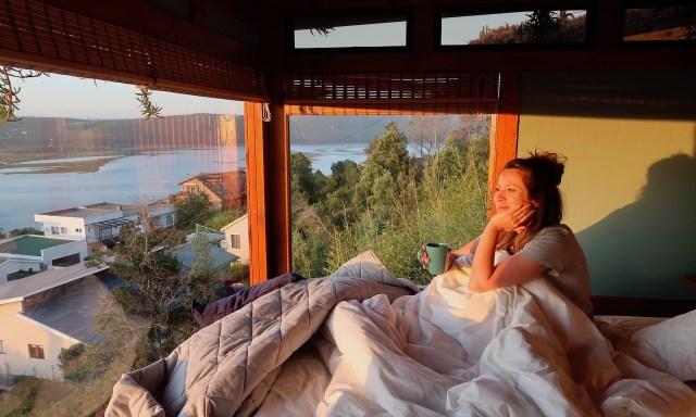Schlafzimmer in den Paradise Privat Zen Studios mit Blick auf die Knysna Lagune