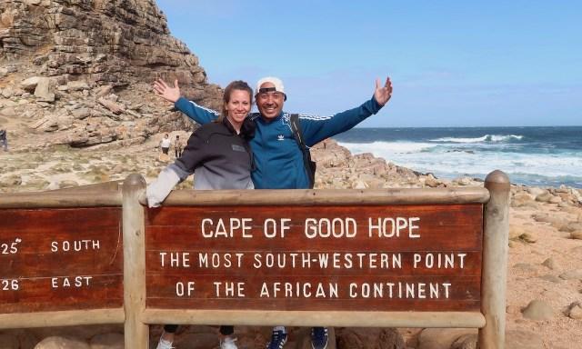 Bendja und die Maus machen ein Touri-Pic am Kap der guten Hoffnung