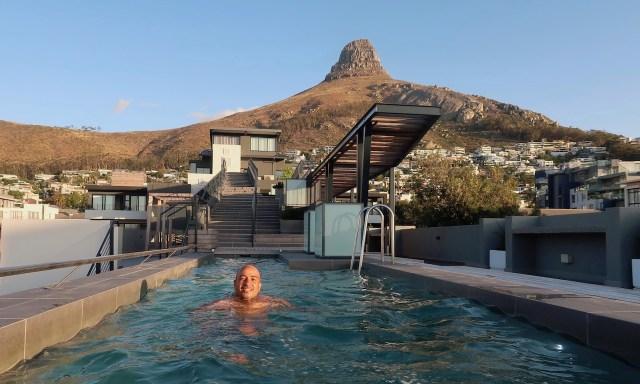 Bendja im Pool der Dachterrasse in Seapoint mit Blick auf den Lion's Head