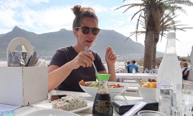Die Maus verzieht ihr Gesicht, weil der Cesars Salat überhaupt nicht schmeckte
