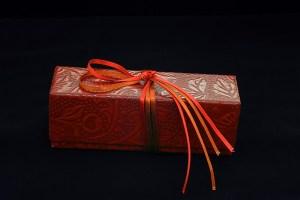 日本伝統の総合芸術、茶道に由来する美しい所作<手なり>で箱を開ける歓び。