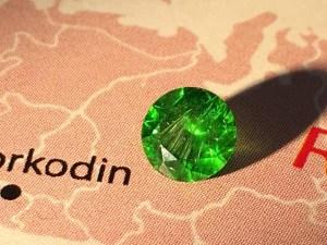 ロシア  ウラル鉱山Korkodin鉱床産出 眩いほどのホーステールインクルージョンウィ抱えたデマントイド!