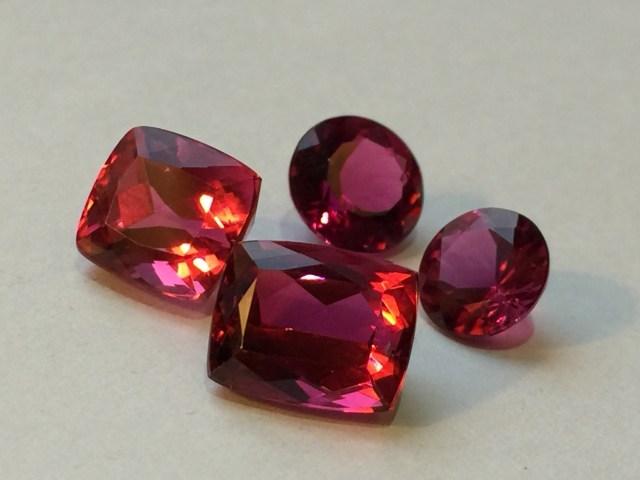 赤の発色の、その内側から湧き上がる薔薇色。ブラジルCrozeiro鉱山産出トルマリンの神秘。