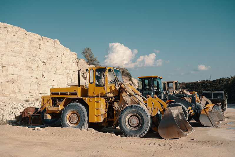 heavy-machinery-in-quarry-2LURP9E-800.jpg