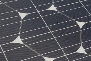 Detalj av ytskräp på en solcell. Det är 2 mm mellan de smala lodräta linjerna.