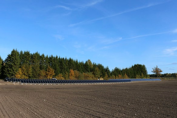 45 kW solcellsanläggning, med polykiselmoduler (två rader till höger) och CIGS tunnfilmsmoduler (tre rader till vänster). Gotland 2013-10-11.