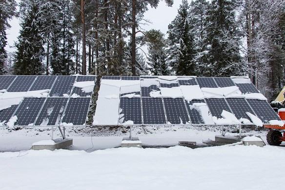 Aluminiumramen runt modulerna hindrar snö att glida av, trots 41 graders lutning. 2014-02-20.