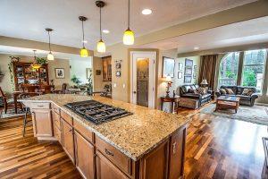 vista de una casa, en primer termino la cocina, a la izquierda un comedor y del lado derecho la sala.
