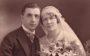 Foto antigua de pareja recién casada.