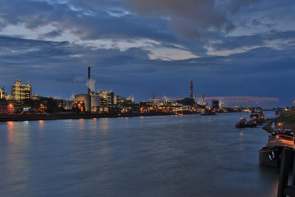 Panorámica de empresas y fabricas junto a un río.