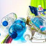 Diferentes productos plásticos como popotes y botellas.