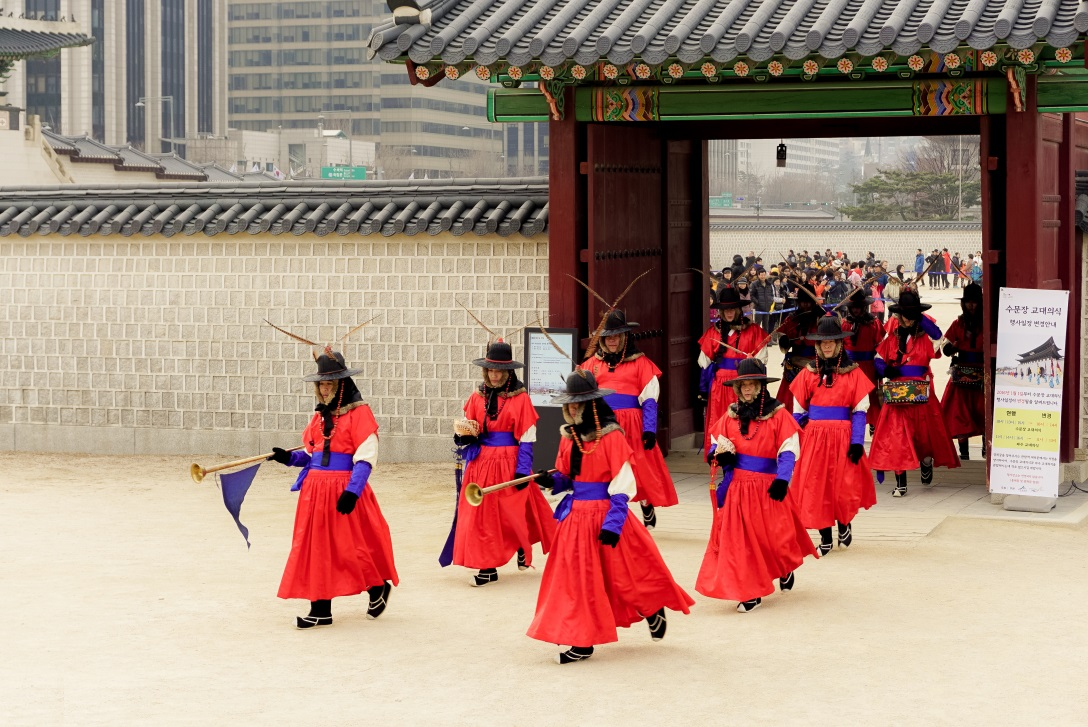 guard changing ceremony at Gyeongbokgung Palace