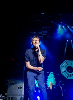 Damon Albarn singing to the crowd