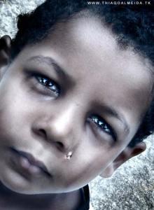 Portfólio de fotografia criança negra chorando com olhos brilhantes por thiago benlev carneiro