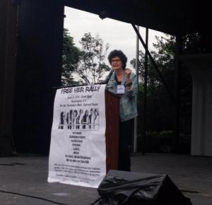 Susan Rosenberg, speaking at the Free Her Rally (CREDIT: Twitter/Rania Khalek)