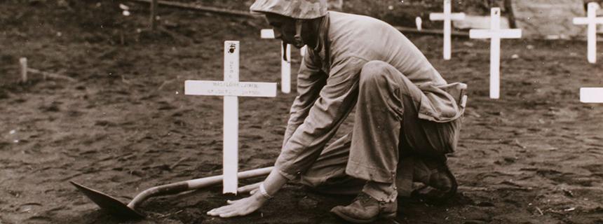 Soldado de la Segunda Guerra Mundial enterrando a un compañero miembro del servicio