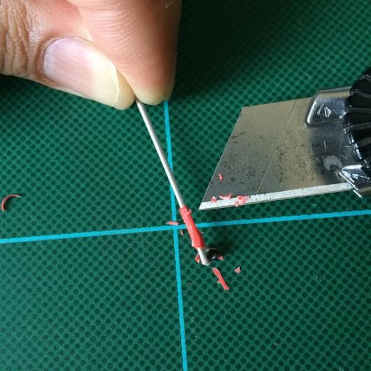 折れた竿をカッターで削る